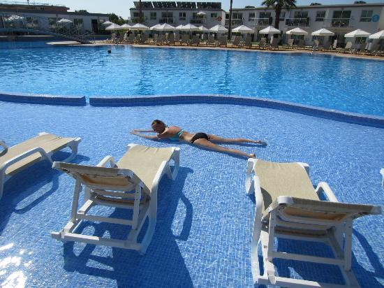 Sunprime Ayia Napa Suites : det lave vand var meget varmt ahhh