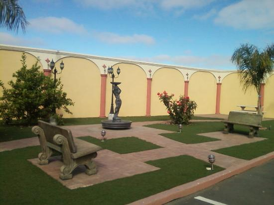 Rodeway Inn & Suites Near the Coliseum & Arena: Courtyard with the most beautiful roses I've ever seen