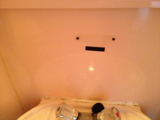 Oliver Plaza Hotel: particolari del micro bagno disastrato
