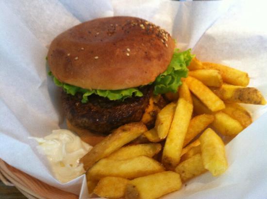 Holy Cow! Gourmet Burger Company- Cheneau De Bourg : Burger et frites fraîches