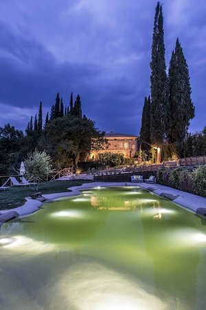Villa Armena Luxury Relais: The swimming pool at night