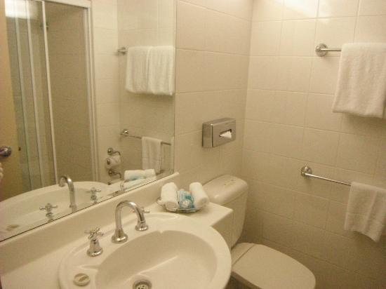 Coogee Sands Hotel & Apartments: Bathroom