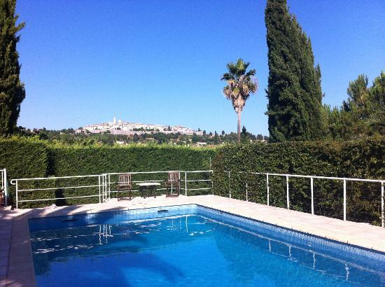 Hotel Alain Llorca : pool with view to st Paul de Vence