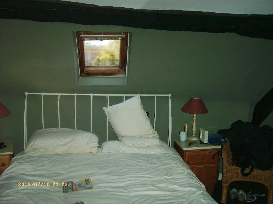 Chestnuts Bed and Breakfast: iron bed