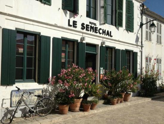 Hôtel Le Sénéchal : La façade de l'hôtel, charme & discrétion