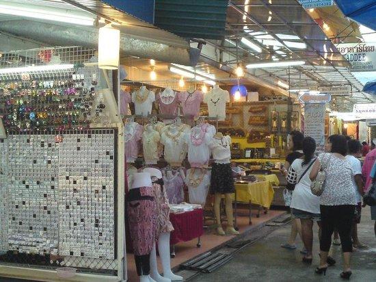 Chiang Rai Night Bazaar : おしゃれなお洋服たち