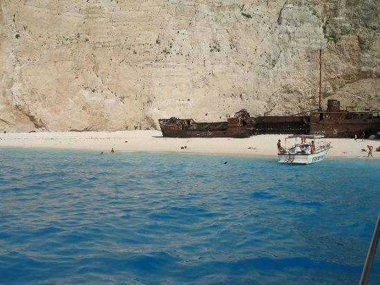 Wrak statku - Picture of Navagio Beach (Shipwreck Beach ...