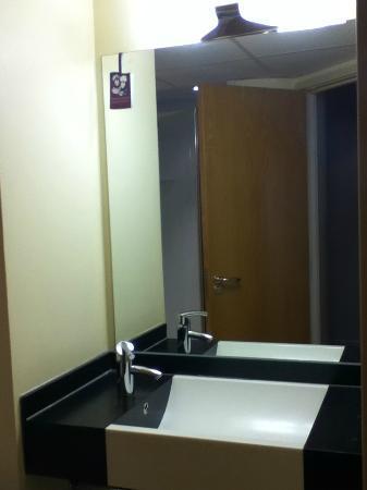 Premier Inn Dublin Airport Hotel: Sink Area 