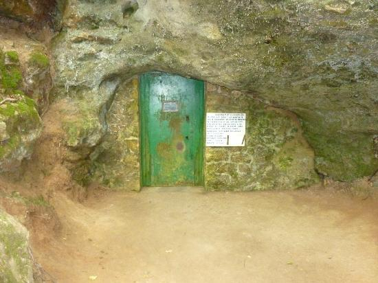 Meyrals, ฝรั่งเศส: The entrance to the cave in the woods.