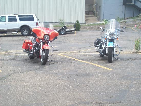 Hotel Estes: parking area, dont let it detour you if on motorcycles.