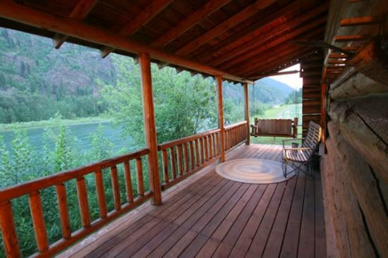 Kootenai Angler Guest Cabins: Porch view...we could have fished from the porch