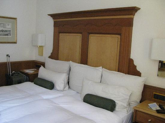 Platzl Hotel: Bedroom with quality furnishings
