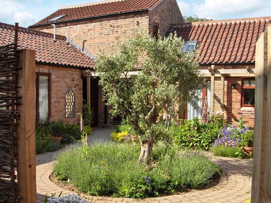 Glebe Farm Cottages: Courtyard