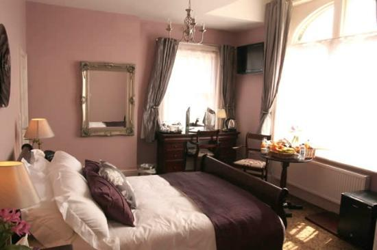 The Lord Rosebery: luxurious bed room