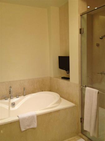 Holiday Inn Bandung: Super spacious bathroom