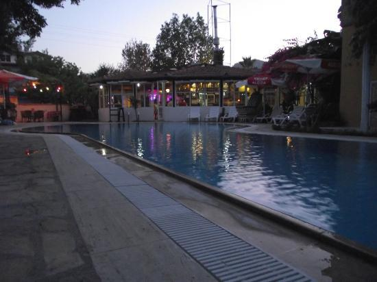 Central Park Hotel: RESTAURANT AND OUTDOOR SEATING AREA