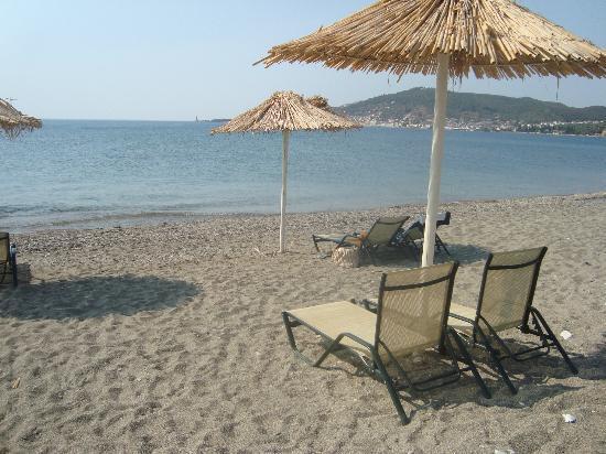 Aktaion Resort: Παραλία με φόντο το Γύθειο