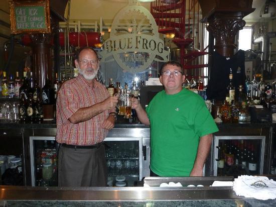Blue Frog Grog & Grill: Wir legten hier immer eine Pause ein. Das beste war die Atmosphäre und das gute Bier.