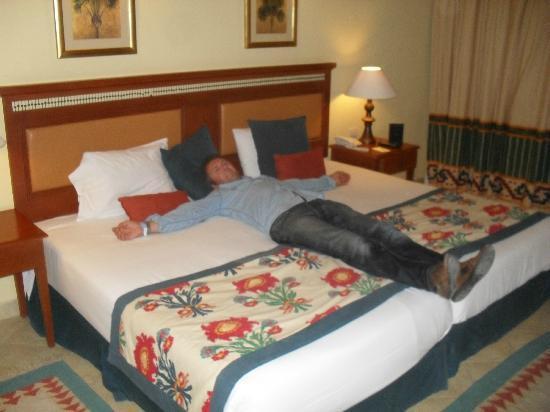 trop petit le lit picture of sofitel taba heights taba tripadvisor. Black Bedroom Furniture Sets. Home Design Ideas