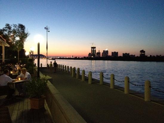 هيلتون فيينا دانوب ووترفرونت: Riverside in the Pier 269 bar 