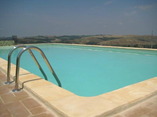 ‪‪Podere Ampella‬: swimming pool with 365 views‬