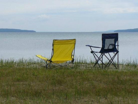South Bay Resort: Our chairs by the lake...We had that view every morning!