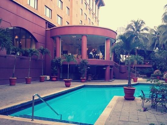 هوتل أريادوتا ليبو فيليدج: สระว่ายน้ำด้านหลังโรงแรม 