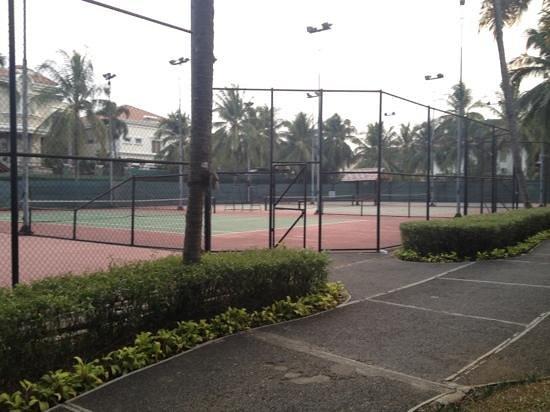 هوتل أريادوتا ليبو فيليدج: สนามเทนนิสหลายสนาม 