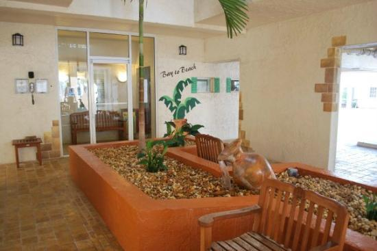 Bay To Beach Resort: Atrium Area