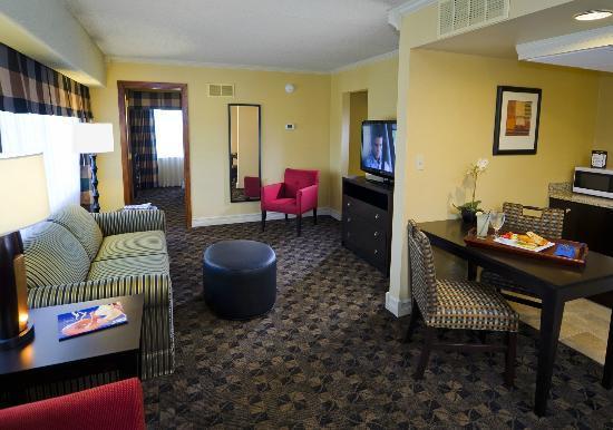 Boulevard Inn: Two Bedroom Suite Living Room