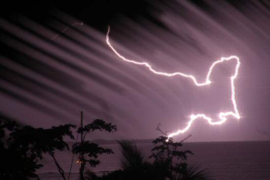 Popa Paradise Beach Resort: Lightning storm after the Fire Dancers