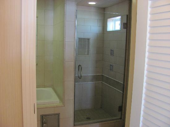 Anderson Inn: Love a nice walk-in shower!