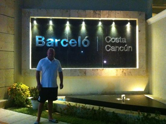 Barcelo Costa Cancun: front of hotel