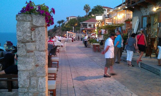 Country Inn Hotel: Afitos at night