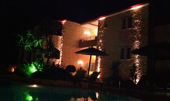 Country Inn Hotel: Hotel at night