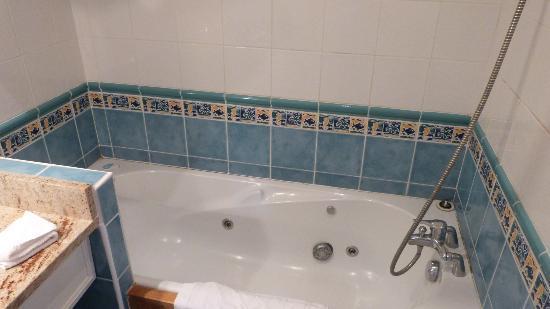 Hotel Duguay-Trouin : Baignoire