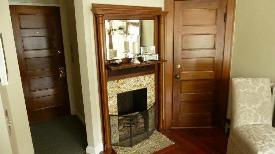 The Castle Manor Inn: Bridal suite fireplace