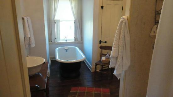 Rachael's Dowry Bed and Breakfast: Bathroom in the Ella Virginia