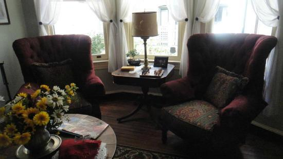 Rachael's Dowry Bed and Breakfast: The library/parlor