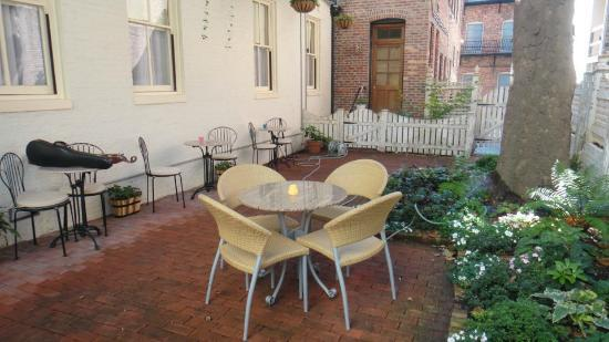 Rachael's Dowry Bed and Breakfast: The courtyard