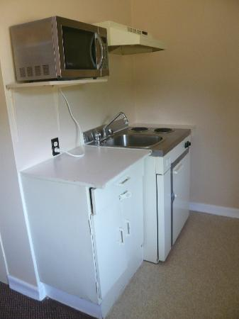 Kingston Motel East: small kitchen in the king room