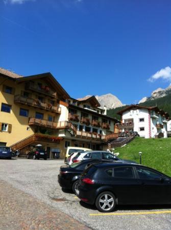 Family Hotel La Grotta: entrata secondaria dell'albergo