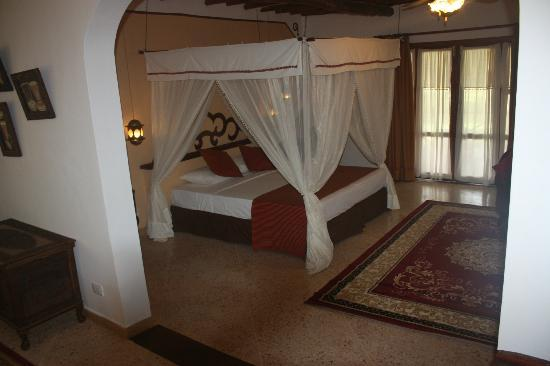 Karafuu Beach Resort and Spa: bethroom suite