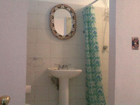 Bed & Breakfast Puebla La Paz: Guest room Talavera bathroom.