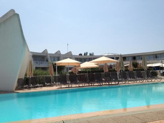 Novotel La Grande Motte Golf: vu de la piscine vers le restaurant