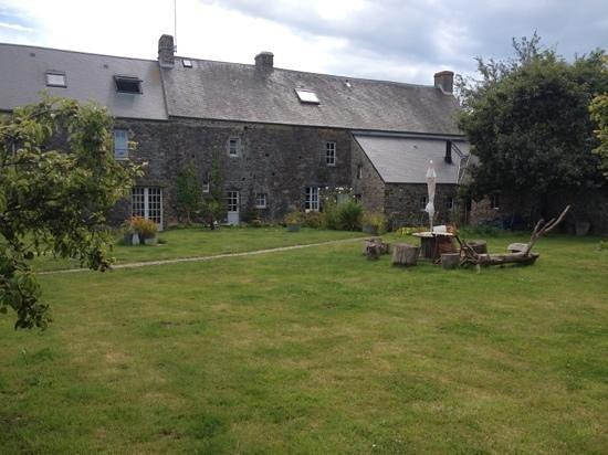 L' Biao Cotentin : vue du jardin, près du tipee dans lequel les petits aventuriers peuvent jouer et/où dormir.