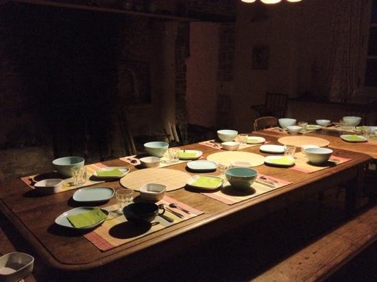 L' Biao Cotentin : Il est tard, la maison dort, la table du petit déjeuner nous attend demain matin.