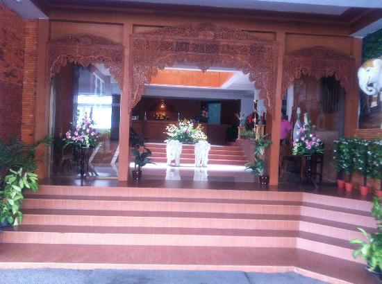 Bua Raya Hotel: フロントエントランス