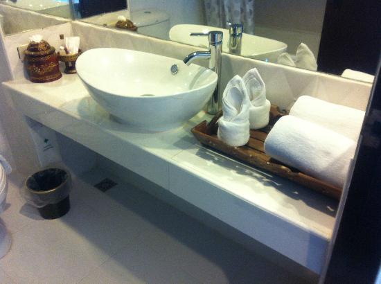 Bua Raya Hotel : 洗面台、アメニティー/石鹸、入浴剤、シャワーキャップ程度