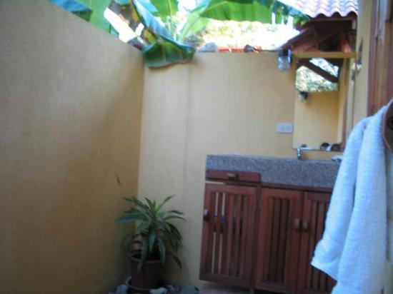 Funky Monkey Lodge: bathroom bungalow